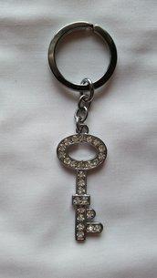 Portachiavi con ciondolo in metallo con strass a forma di chiave