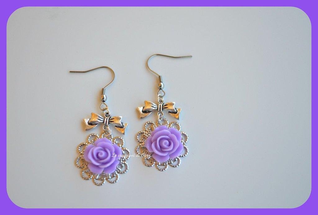 Orecchini con rose cabochon color viola,con filigrana color argento.