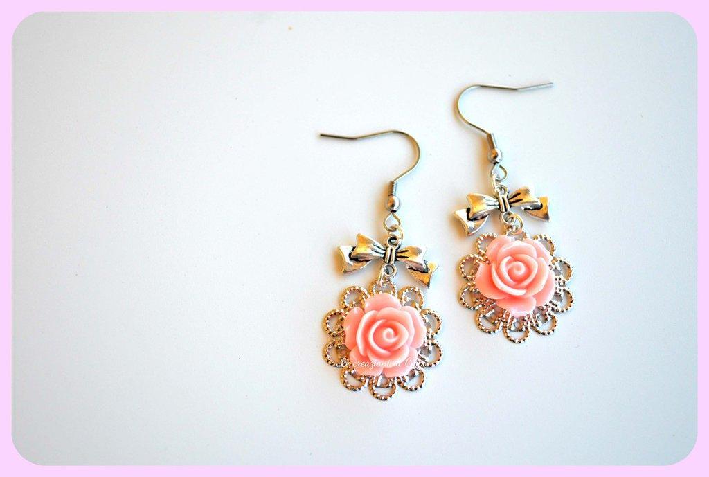 Orecchini con rose cabochon color rosa,con filigrana color argento.