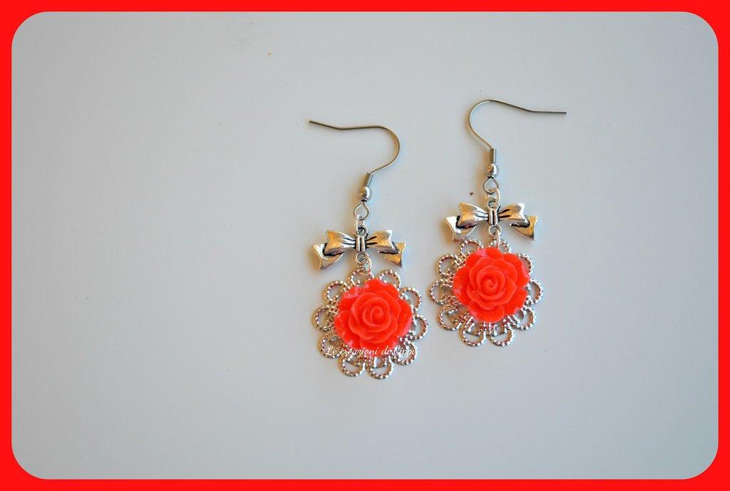 Orecchini con rose cabochon color rosso,con filigrana color argento.