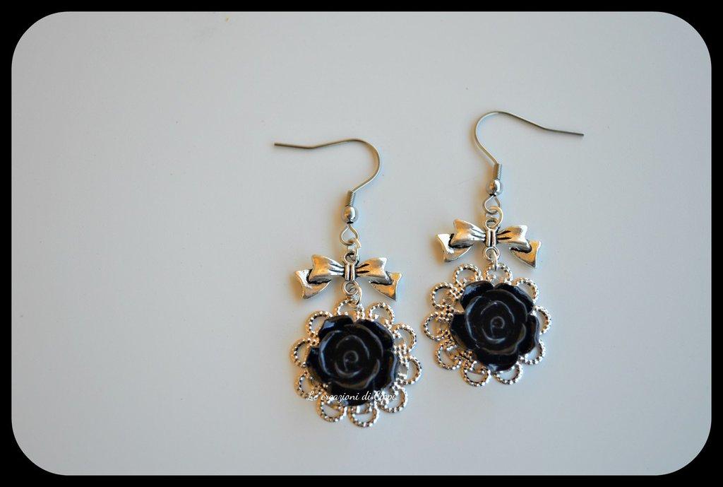 Orecchini con rose cabochon color nero,con filigrana color argento.