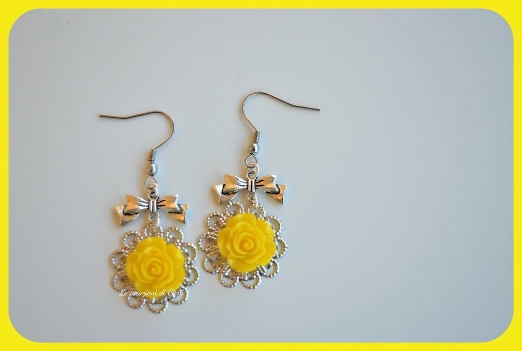 Orecchini con rose cabochon color giallo,con filigrana color argento.