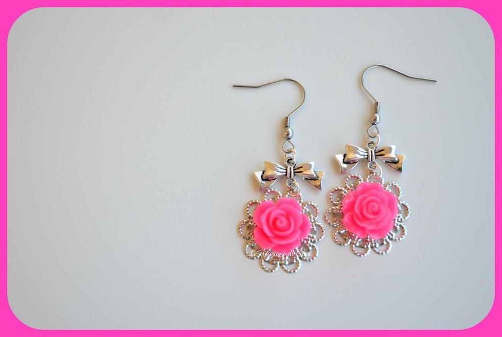 Orecchini con rose cabochon color fucsia,con filigrana color argento.
