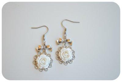 Orecchini con rose cabochon color bianco,con filigrana color argento.