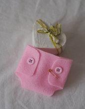 BOMBONIERA da BAMBINA (nascita,battesimo).Pannolino rosa in feltro con bottoncini e spilla.Fatta a mano