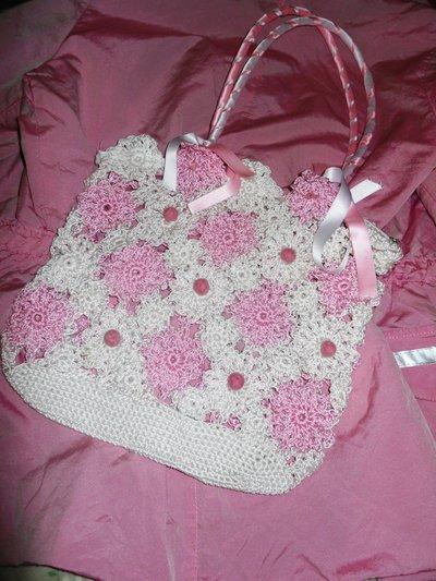Borsa rosa e bianca di filo con nastri