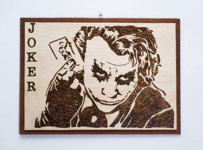 Pirografia di Joker, realizzata da un immagine tratta dal film il Cavaliere Oscuro, su legno di betulla con base color Ciliegio