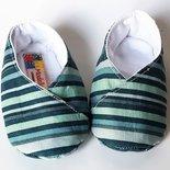 scarpine bebè a righe nelle tonalità del verde