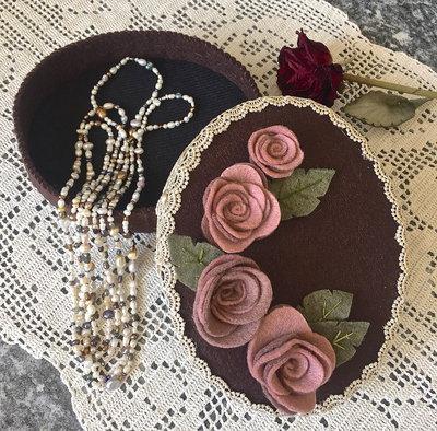 scatola di feltro ovale decorata con rose