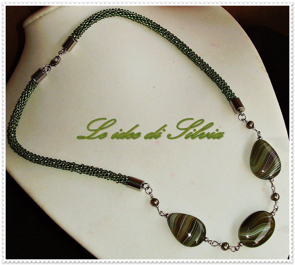 Collana corta con agata verde striata