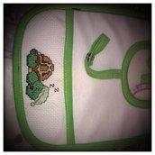 bavaglino verde ricamo tartaruga con portaciuccio