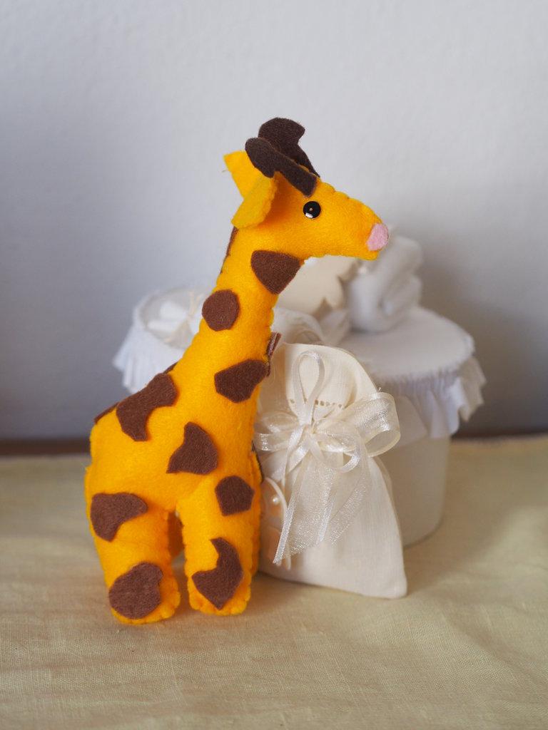 BOMBONIERA adatta a nascita,battesimo,comunione.Unisex.GIOCO.Giraffa in feltro,3 D.Fatta a mano
