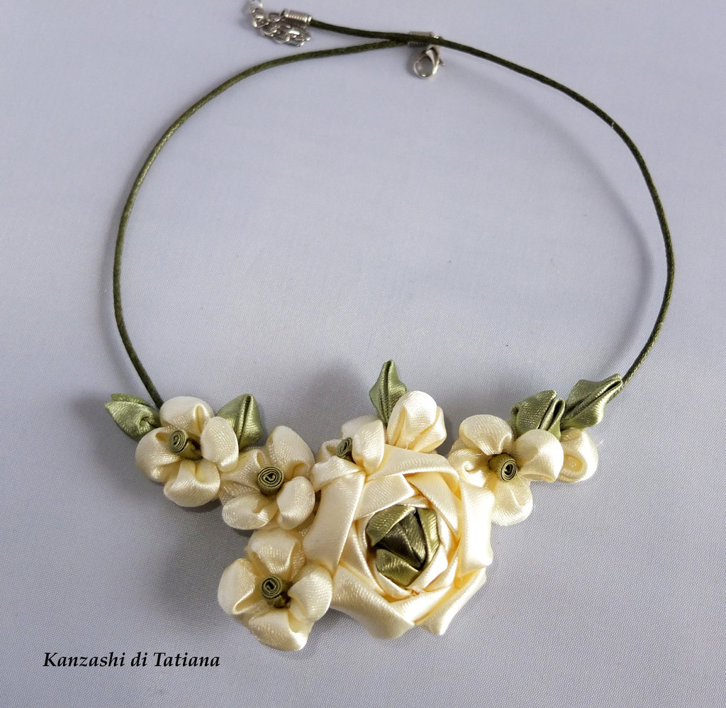 Collana kanzashi fatta a mano con fiori