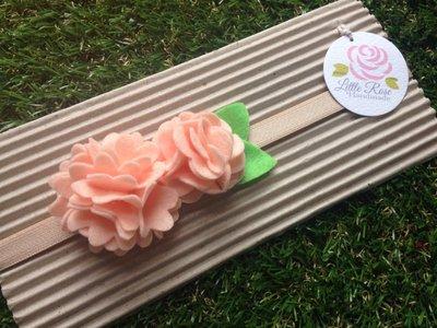 Fascia elastica per capelli in tono salmone a due pom pom by Little Rose Handmade