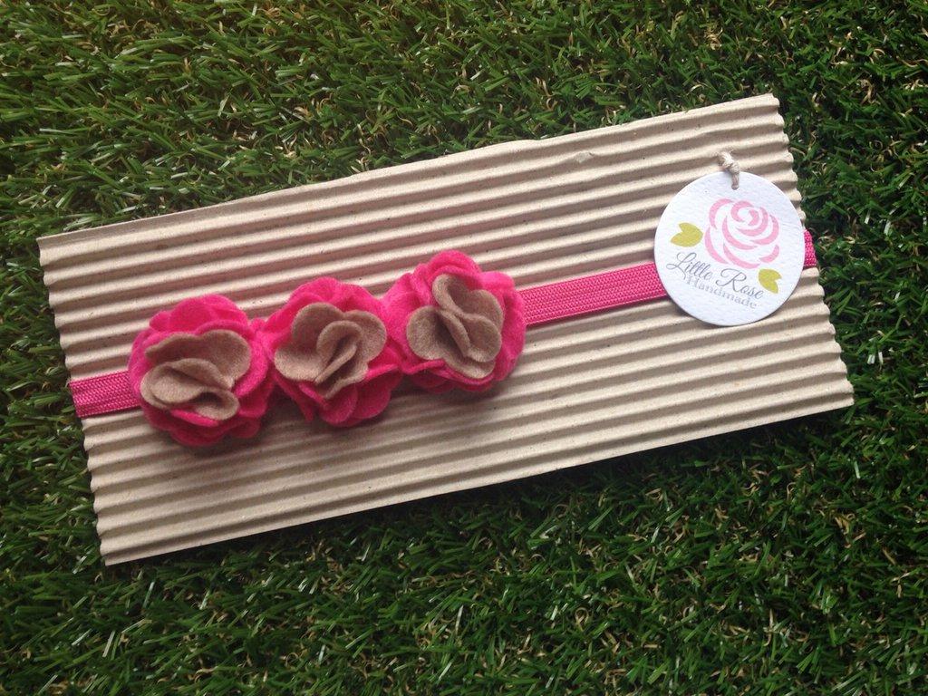 Fascia elastica a 3 pom pom in tono fucsia e corda