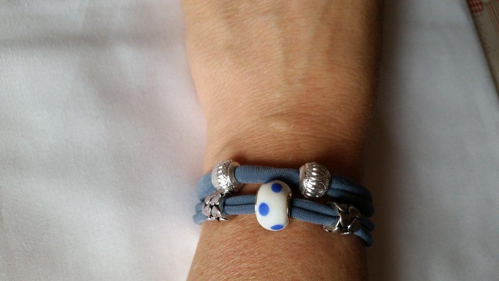 Braccialetto in fettuccia elastica con perle a foro largo - tonalità azzurro