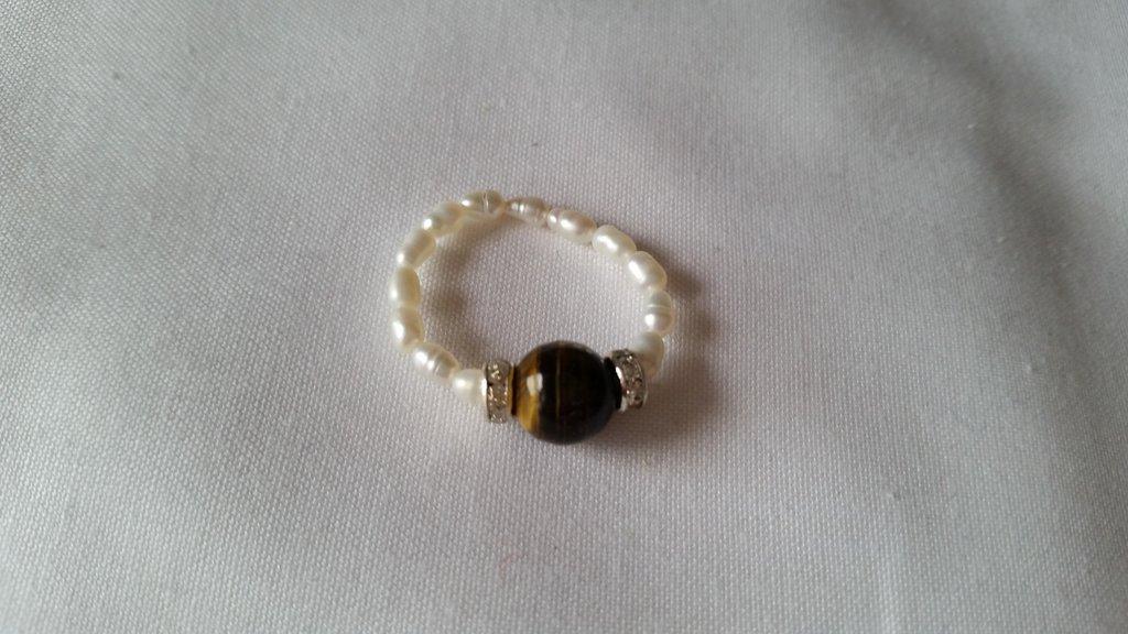 Anello elastico con pietra simil occhio di tigre e perline bianche