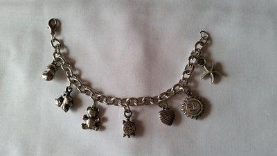 Braccialetto in catena metallica con charms in argento indiano