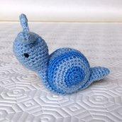 Lumaca amigurumi azzurra con calamita all'interno, fatta a mano all'uncinetto