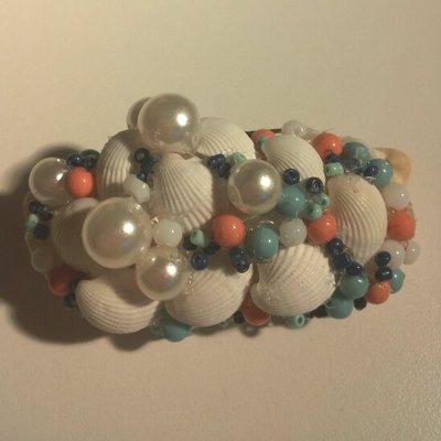 Spilla stile coastal conchiglia rivestita a sua volta di piccole conchiglie bianche perle bianche perline rosa e turchese e piccoli corallini celesti e blu