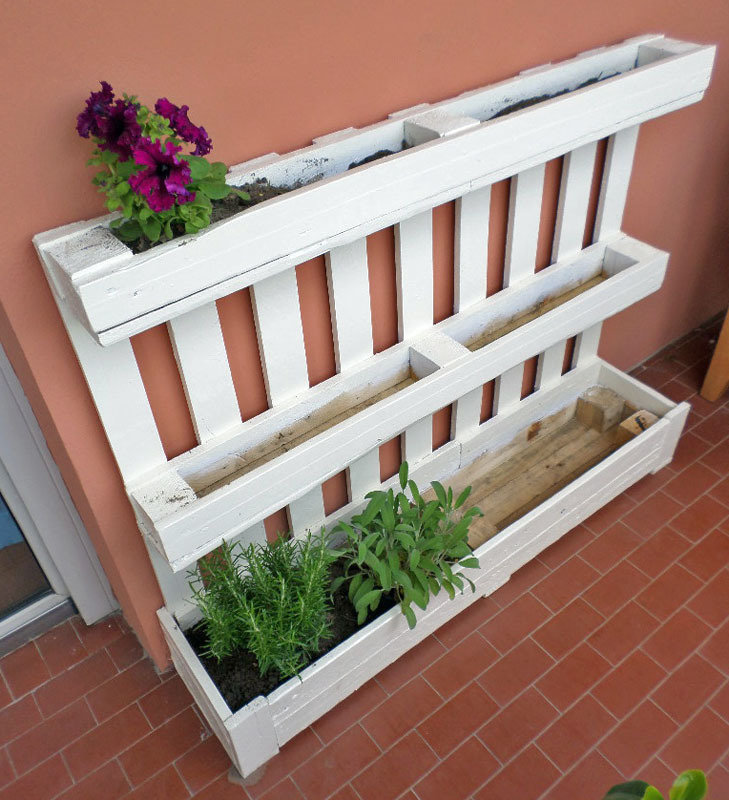 Fioriera bianca da riuso bancale pallet per giardino o for Idee per giardino in terrazza