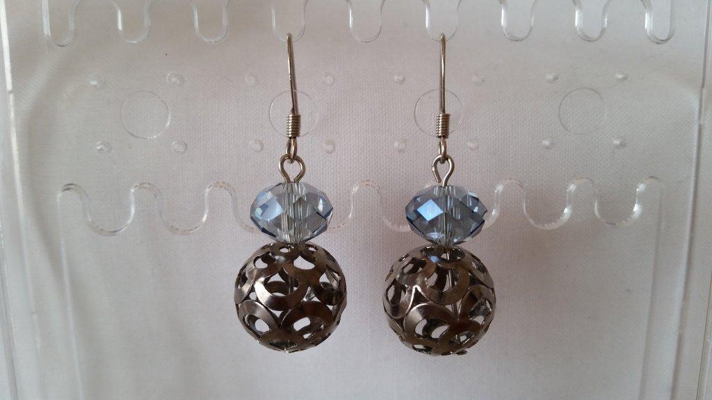 Orecchini pendenti con pallina metallica traforata e mezzo cristallo azzurro
