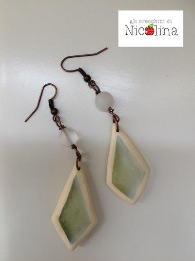 Orecchini con rombi in cartapesta verdi e perla in vetro