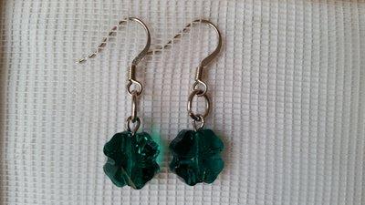 Orecchini pendenti con cristallo sw a forma di quadrifoglio (clover bead) color emerald