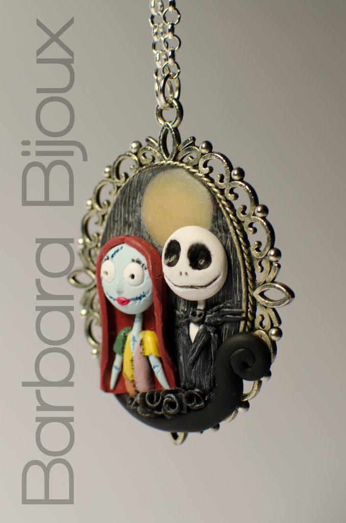 Collana lunga con cammeo realizzata a mano in pasta polimerica raffigurante Jack e Sally di Nightmare Before Christmas