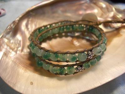 """Bracciale """"Chan Luu"""" doppio giro con pietre di giada verde, fiori in argento tibetano e cordino cerato con bottone di madreperla"""