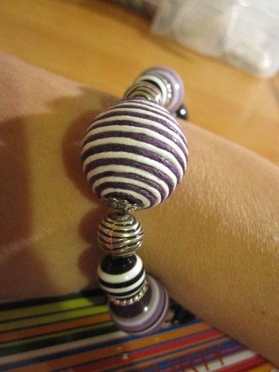 Bracciale elastico viola con palla in corda