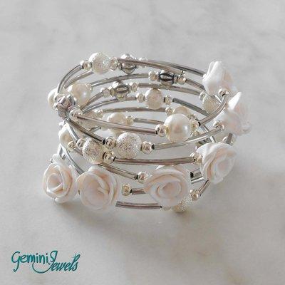 Bracciale armonico con roselline in fimo bianche