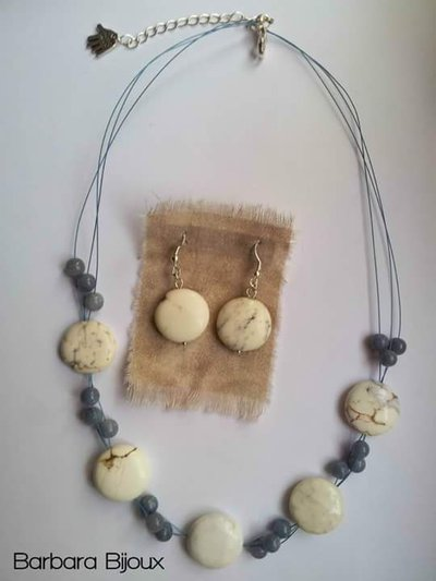 Parure composta da collana e orecchini elegante e semplice con pietre di howlite e aventurine.