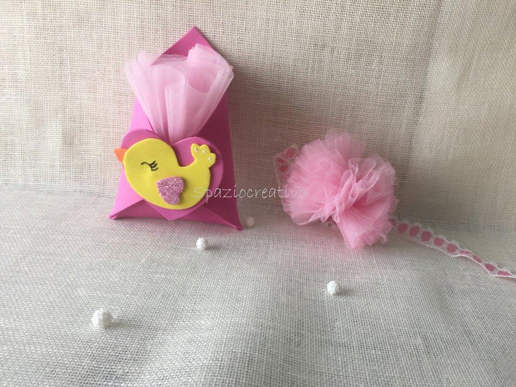 Bomboniera bustina in gomma crepla rosa sul davanti un cuore con un pulcino