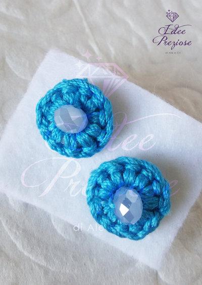 Orecchini a lobo con filo di cotone azzurro scuro e perlina realizzati all'uncinetto