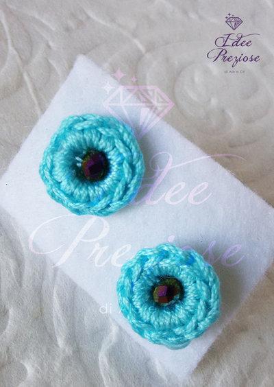 orecchini a lobo con filo di cotone azzurro e perlina realizzati all'uncinetto