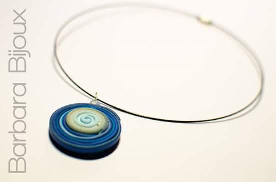 Collana realizzata a mano in pasta polimerica nelle sfumature del blu e azzurro con parte centrale fluorescente.