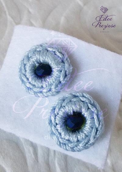 Orecchini a lobo con filo di cotone azzurro tenue e perlina realizzati all'uncinetto