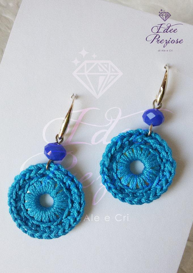 Orecchini pendenti con cerchio lavorato all'uncinetto con filo in cotone azzurro