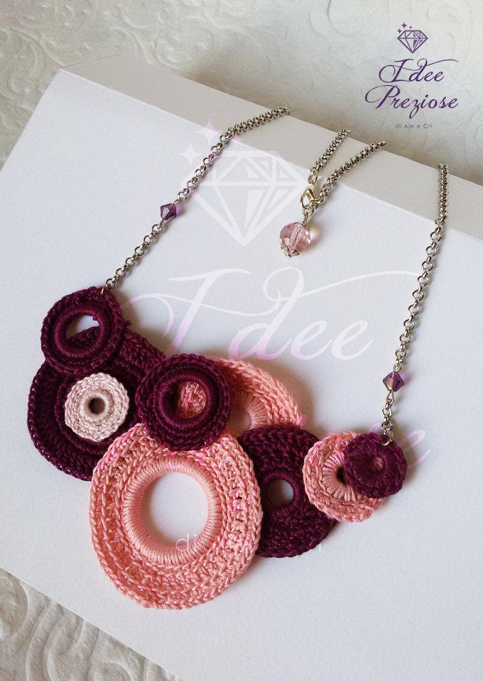 Collana in filo di cotone lavorata all'uncinetto sui toni del bordeaux e rosa