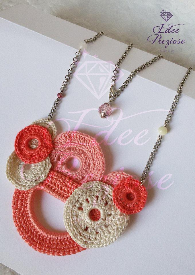 Collana in filo di cotone lavorata all'uncinetto sui toni del rosa chiaro, salmone e beige