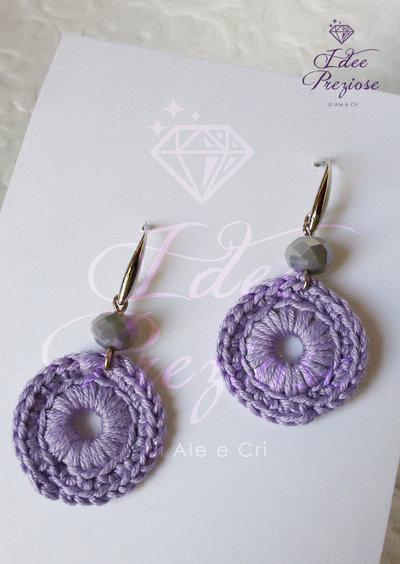Orecchini pendenti con cerchio lavorato all'uncinetto con filo in cotone lilla