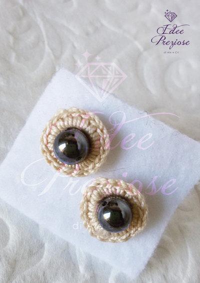 Orecchini a lobo con filo di cotone bige e perla antracite realizzati all'uncinetto