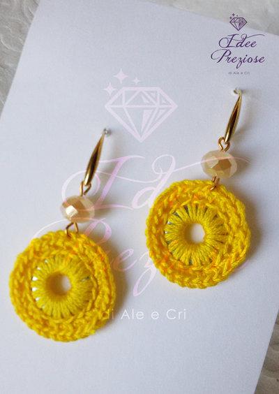 Orecchini pendenti con cerchio lavorato all'uncinetto con filo in cotone giallo