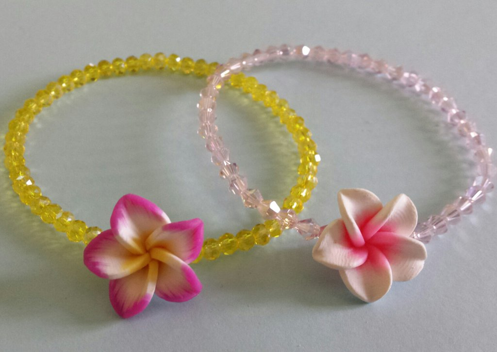 Bracciale cristalli con fiore hawaiano in fimo