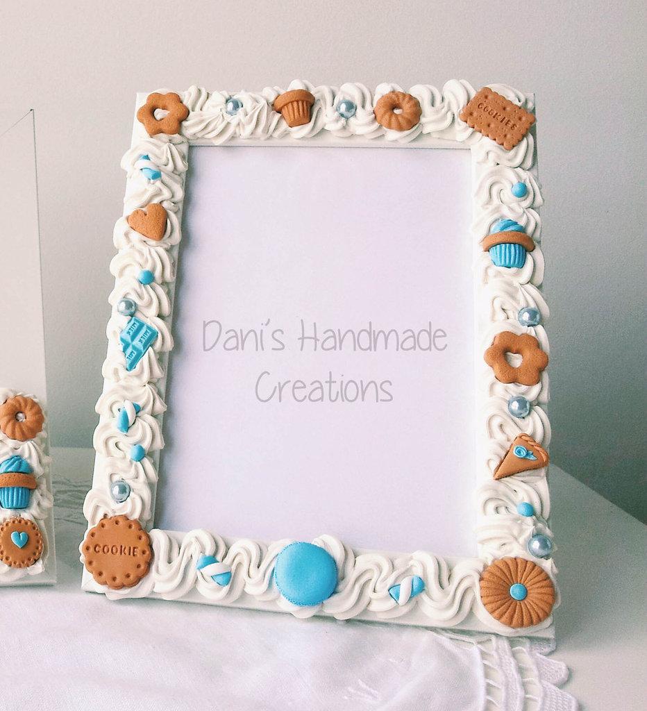 Cornice decorata con panna e biscotti azzurri
