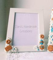 Cornice decorata con panna e biscotti azzurri 2