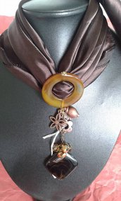 foulard marrone con applicazione