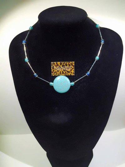 Collana con pietra turchese centrale e perline laterali