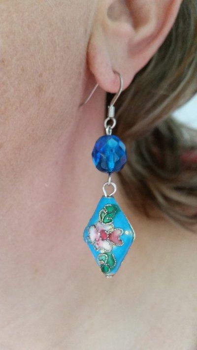 Orecchini pendenti con perlina smaltata e mezzo cristallo - turchese